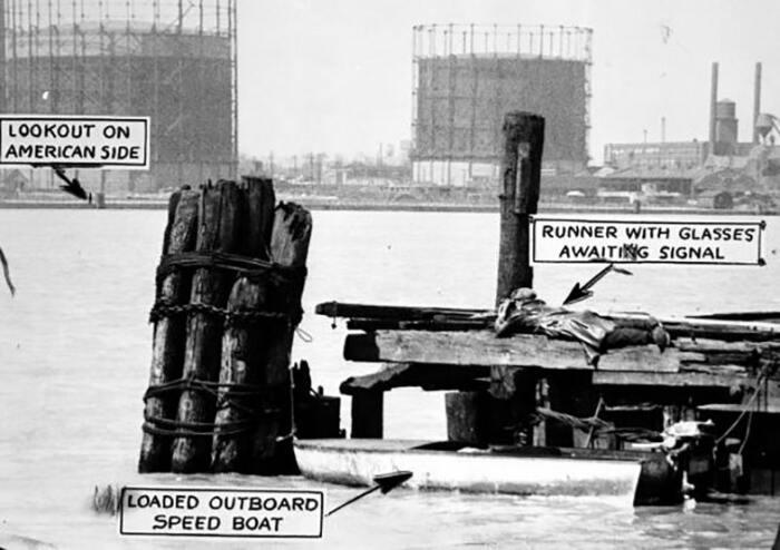 Контрабанда алкоголя через реку Детройт в теплое время года, 1929 год / Источник: was.media.com