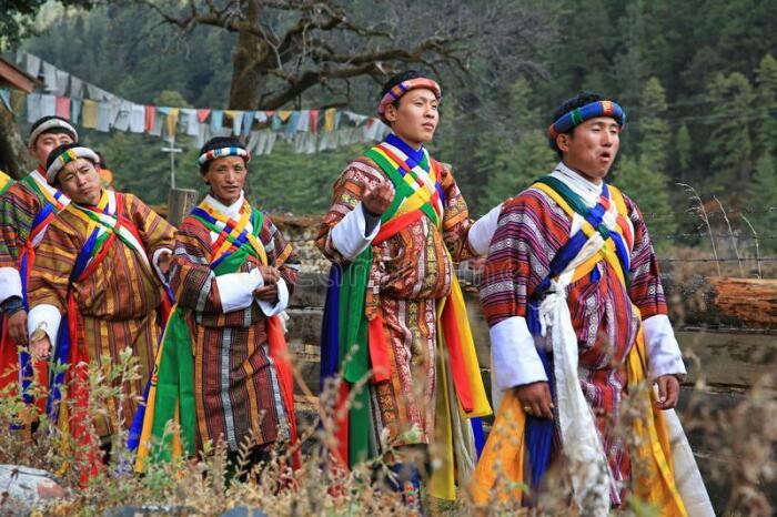 Национальные костюмы Бутана яркие и сразу привлекают внимание туристов / Фото: dreamstime.com