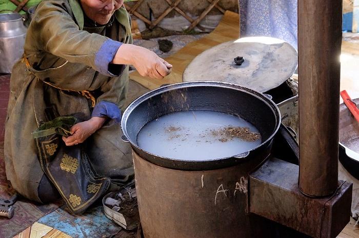 Женщина готовит «суттэт-цай» / Фото: russiadiscovery.com