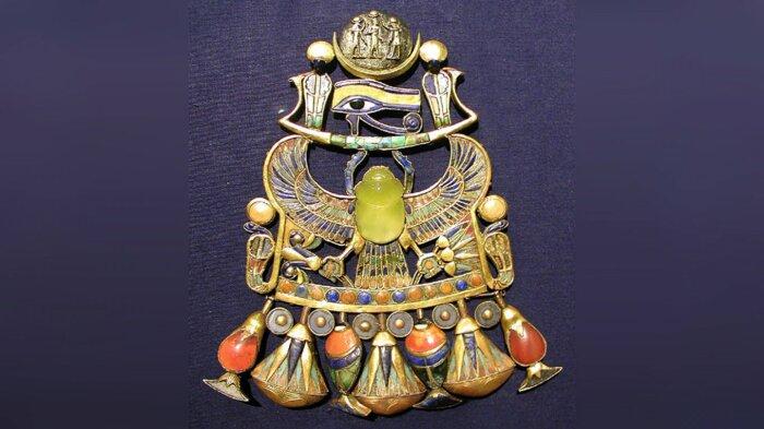 Жук скарабей из ливийского стекла на украшении из гробница фараона Тутанхамона. / Фото: facenews.ua