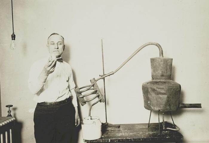 Сотрудник Бюро внутренних доходов на фоне конфискованного дистиллятора, 1920-е годы / Источник: britannica.com