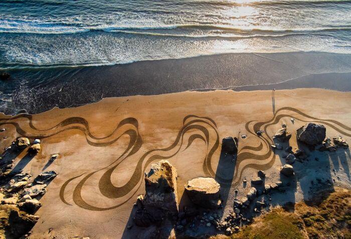 Картины на песке «живут» до первого прилива волны / Фото: photar.ru