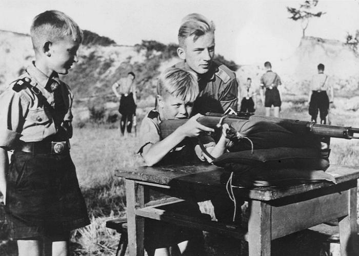 Занятия стрельбой мальчиков из «Гитлерюгенд», 1934 год / Фото: time.com