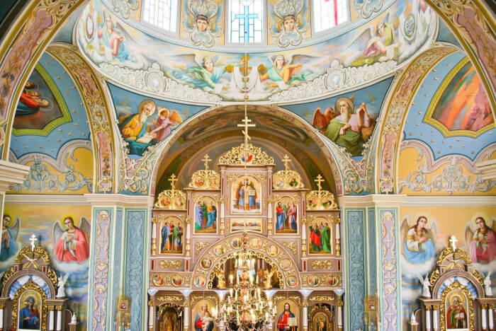 Православный храм (внутренняя отделка) / Фото: www.forumdaily.com