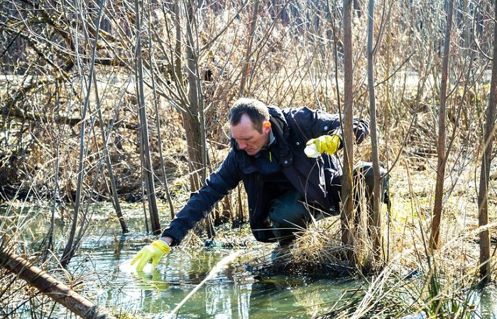 Ученые изучают воду Нижнего Голубого озера / Источник: crimeafilm.ru