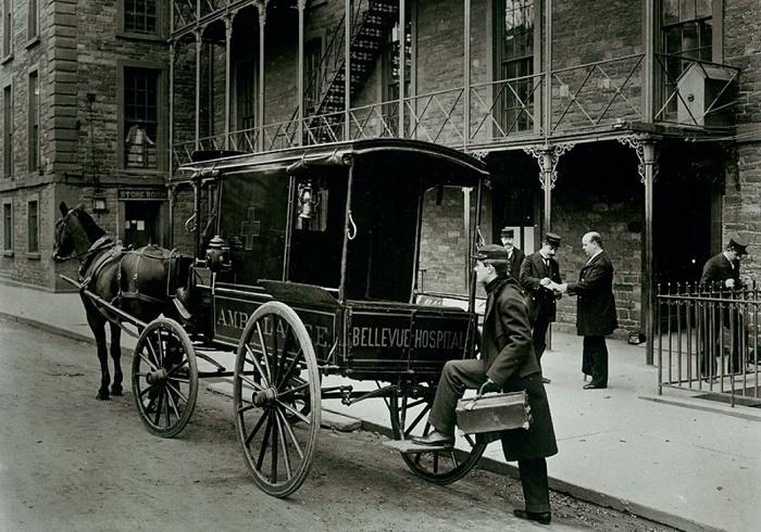 Конная повозка скорой помощи возле больницы Белвю в Нью-Йорке, 1895 год. Фото Museum of the City of New York / Источник: was.media.com