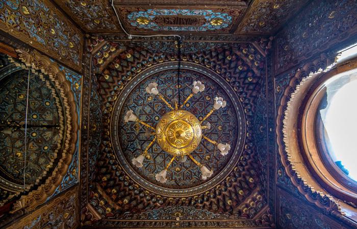 Потолок и люстра в курительной комнате. / Фото: fishki.net