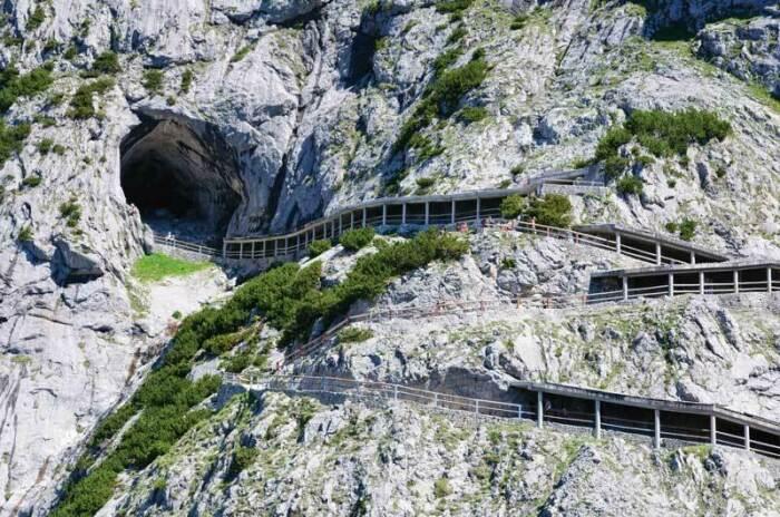 Ледяная пещера Айсризенвельт, вид свеху / Фото: perito-burrito.com