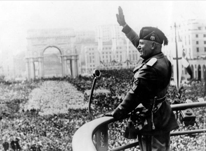 Бенито Муссолини приветствует итальянцев, 1922 год / Источник: reddit.com