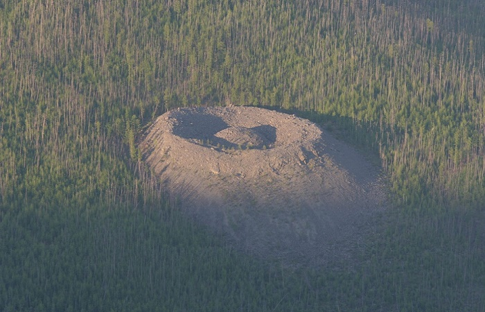 Общий вес камней на Патомском кратере составляет примерно миллион тонн / Фото: historicmysteries.com