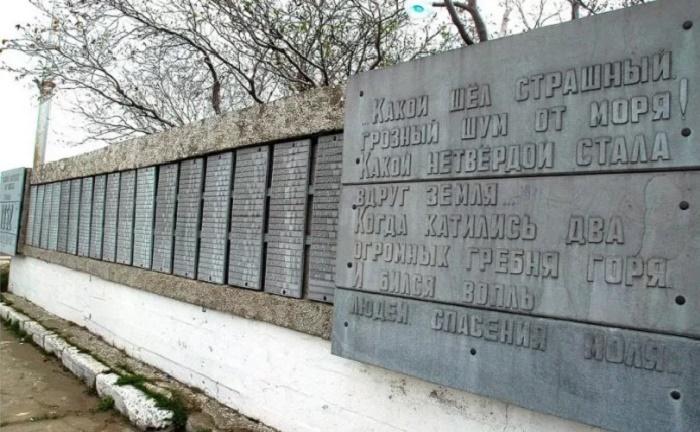 Памятник жертвам цунами 1952 года в Северо-Курильске / Фото: thesaxon.org