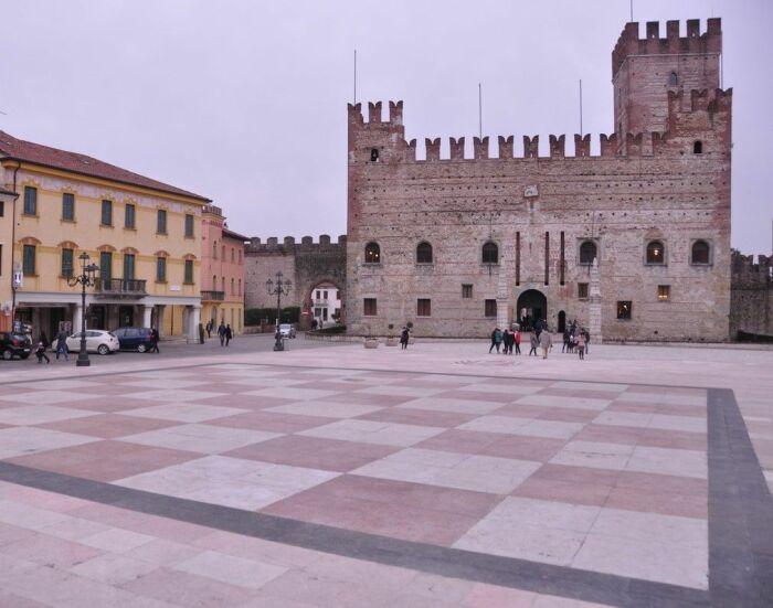 Шахматная площадь в местечке Маростика, Италия / Фото: www.filasolutions.com