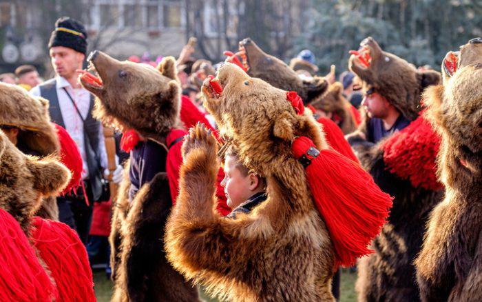 Медвежьи танцы в Румынии, которые должны отогнать злых духов / Фото: www.abcfact.ru