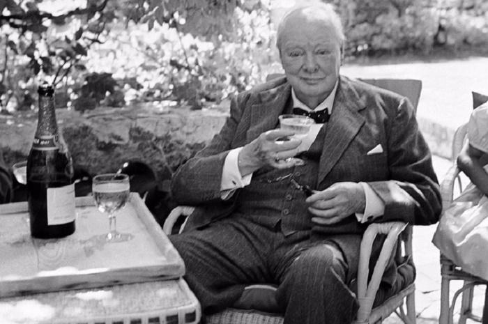 Уинстон Черчилль ежедневно выпивал 2 бутылки шампанского / Фото: thedrinksbusiness.com