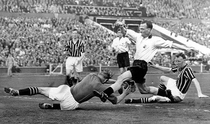 Берт Траутманн получает травму шеи от удара Питера Мерфи, 5 мая 1956 года. / Фото: spartacus-educational.com