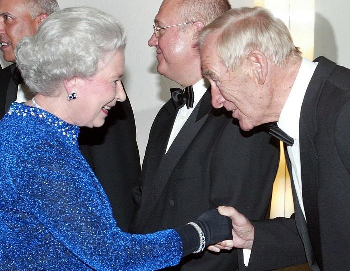 Британская королева Елизавета II пожимает руку легендарному вратарю Берту Траутманну в зале Берлинской филармонии, 3 ноября 2004 года. Фото: twitter.com