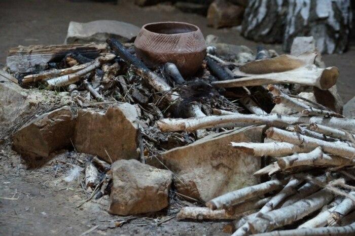 Реконструкция первобытного очага. Возможно, такой же сотнями лет беспрерывно горел и в пещере Кесем / Источник: twitter.com