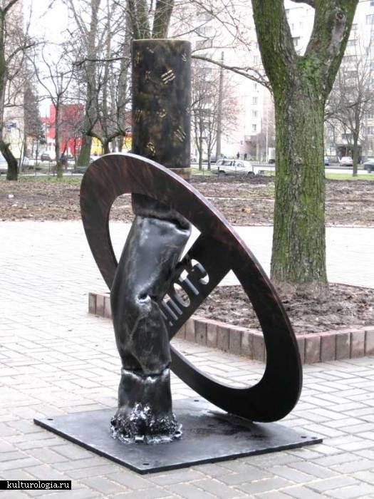 Антиникотиновый памятник из железа от Творческой группы ТАВР.