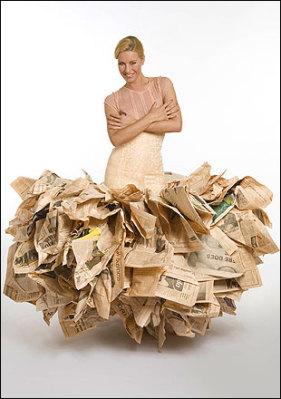 Платье из тридцати выпусков газеты