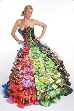 На это платье ушло содержимое трех мусорных баков.