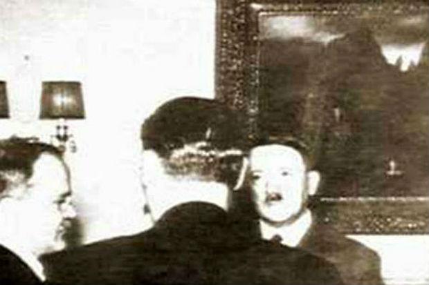 На этом кадре хроники Гитлер и Молотов ведут переговоры на фоне берлинского варианта «Острова мертвых»