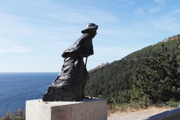 Паломник идет к Краю Земли на мысе Финистерре