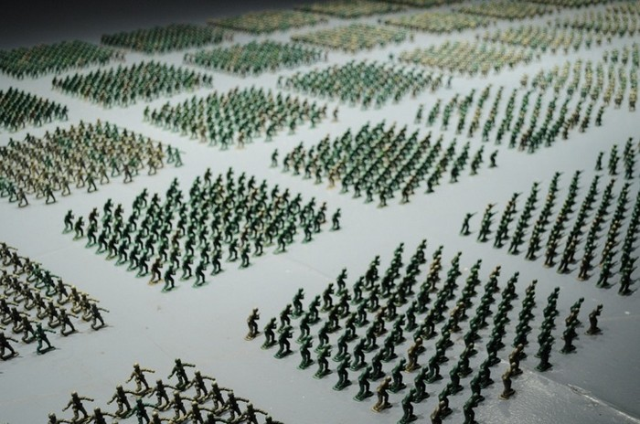Инсталляция 10000 Toy Soldiers Installation от Фрэнсиса Холленкэмпа (Francis Hollenkamp)