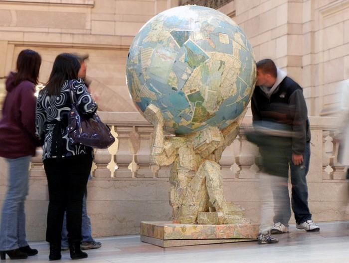 Atlas Recycled – скульптура из переработанных материалов от Тома Цутия (Tom Tsuchiya)
