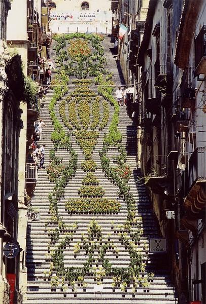 Фестиваль La Scala Flower Festival на лестнице Scalinata di Santa Maria del Monte
