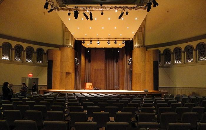 Концертный зал с витражами от Tiffany в старой церкви