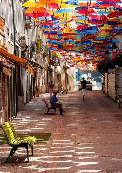 Летающие зонтики в Португалии от Sextafeira Producoes
