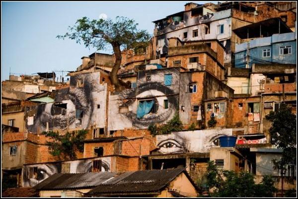 Женские глаза на стенах Фавелы Morro da Providencia в Рио-де-Жанейро
