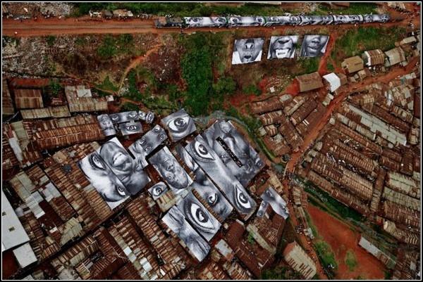 Женские глаза на крышах домов в трущобе. Кибера, Кения
