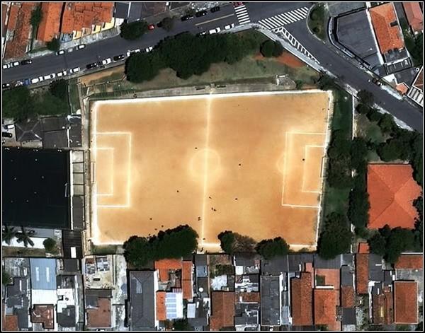 Странные футбольные поля в Бразилии на спутниковых снимках из серии «O Campo» от Йоахима Шмида (Joachim Schmid)