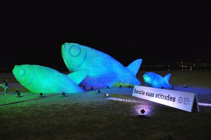 Пластиковые рыбы The Big Fishes – экологическая инсталляция в саммиту Большой Двадцатки