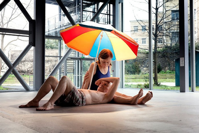 Couple Under An Umbrella – гиперреалистичная скульптура от Рона Маека (Ron Mueck)