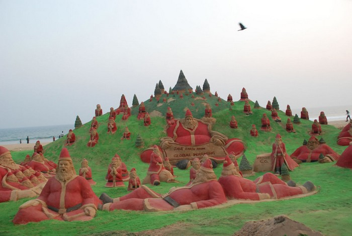 500 Санта Клаусов из песка от Сударсана Паттнаика (Sudarsan Pattnaik) на пляже в Индии