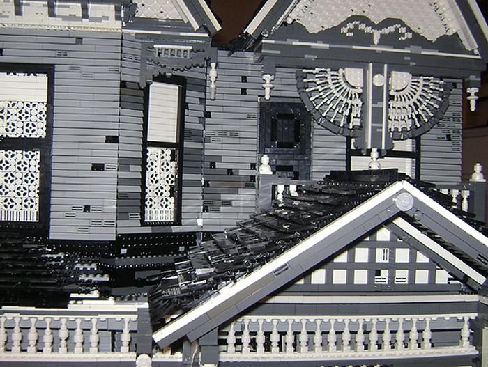 Заброшенный дом в викторианском стиле из 110 тысяч кубиков LEGO