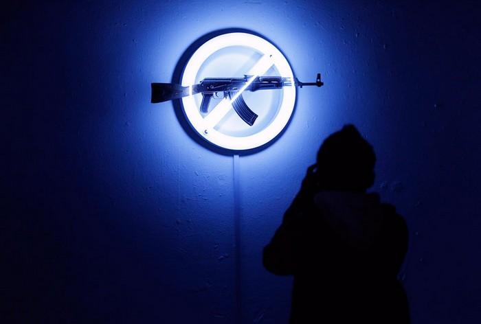 Автомат Калашникова от Langlands+Bell, выставка AKA peace