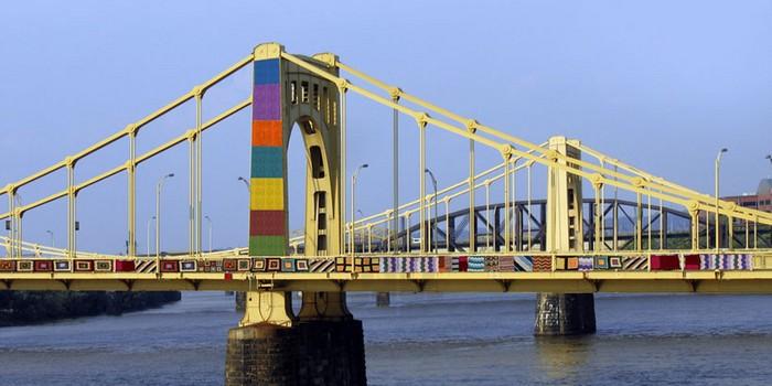 Вязанные украшения для моста имени Энди Уорхолла