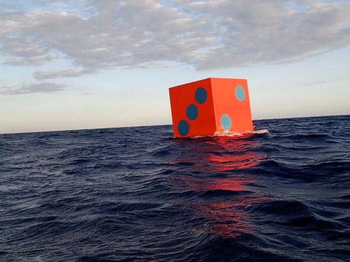 Aqua Dice – кубики, которые принесут удачу океану. Инсталляция от Макса Малхема (Max Mulhern)