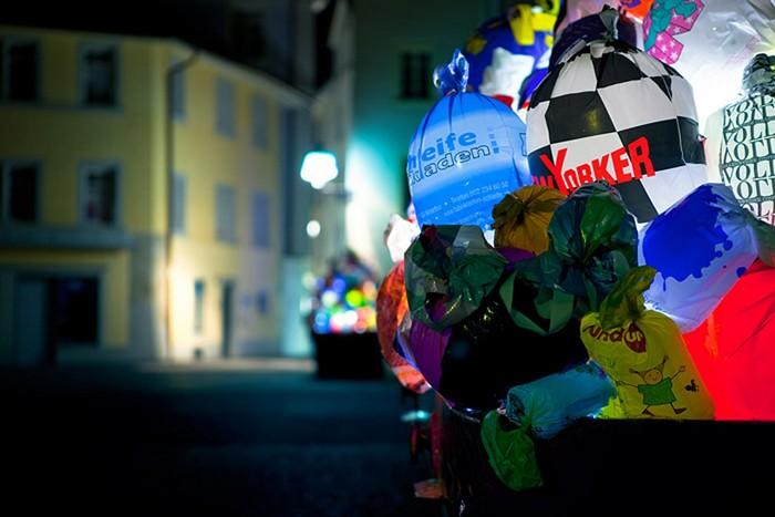 Plastic garbage guarding the museum — световая инсталляция Luzinterruptus