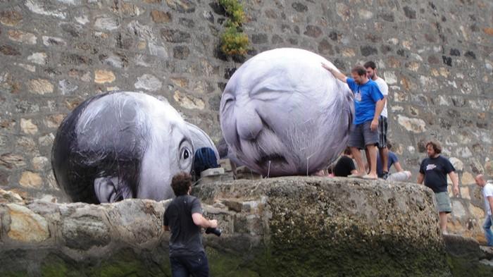 Плавающие надувные головы. Фестиваль в честь пожилых людей