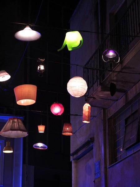 Уличное украшение из светильников в Афинах. Работа креативной студии Beforelight