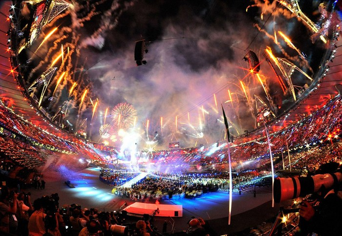 Британский флаг от Дэмьена Херста (Damien Hirst) на закрытии Олимпиады