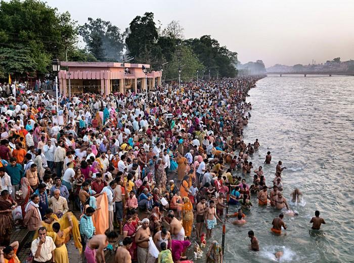 Обряд Кумбха-мела в Индии. Выставка Water от Эдварда Буртынского (Edward Burtynsky)