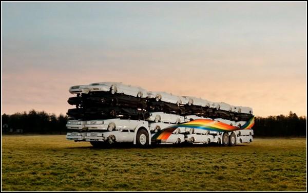 Скульптура-автобус из 50 автомобилей