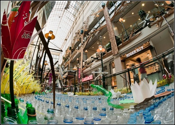 Мусорная инсталляция Fragile в монреальском торговом центре