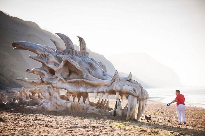 Драконья голова на побережье в качестве рекламы телесериала «Игра Престолов»
