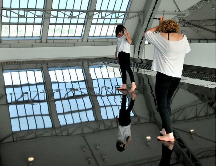 Horizon Field Hamburg — искривление пространства в зеркальной инсталляции от Энтони Гормли (Antony Gormley)